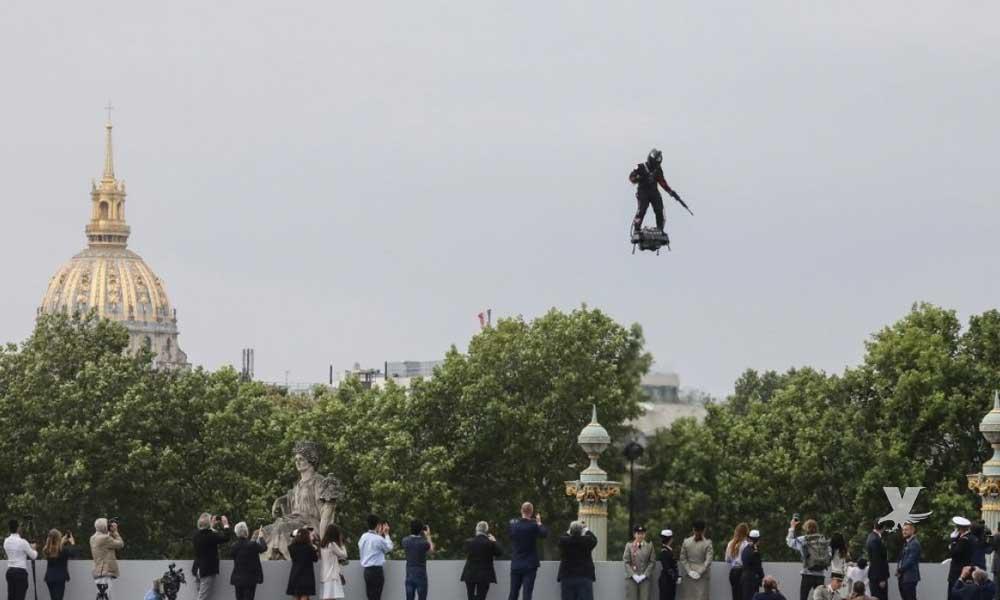 """(VIDEO) Francia aprovecha desfile militar para presentar sus nuevos """"Soldados Voladores"""""""