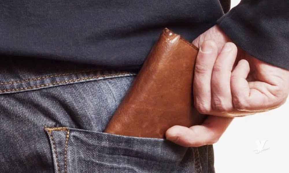 Llevar la cartera en la bolsa trasera del pantalón es malo para la salud física