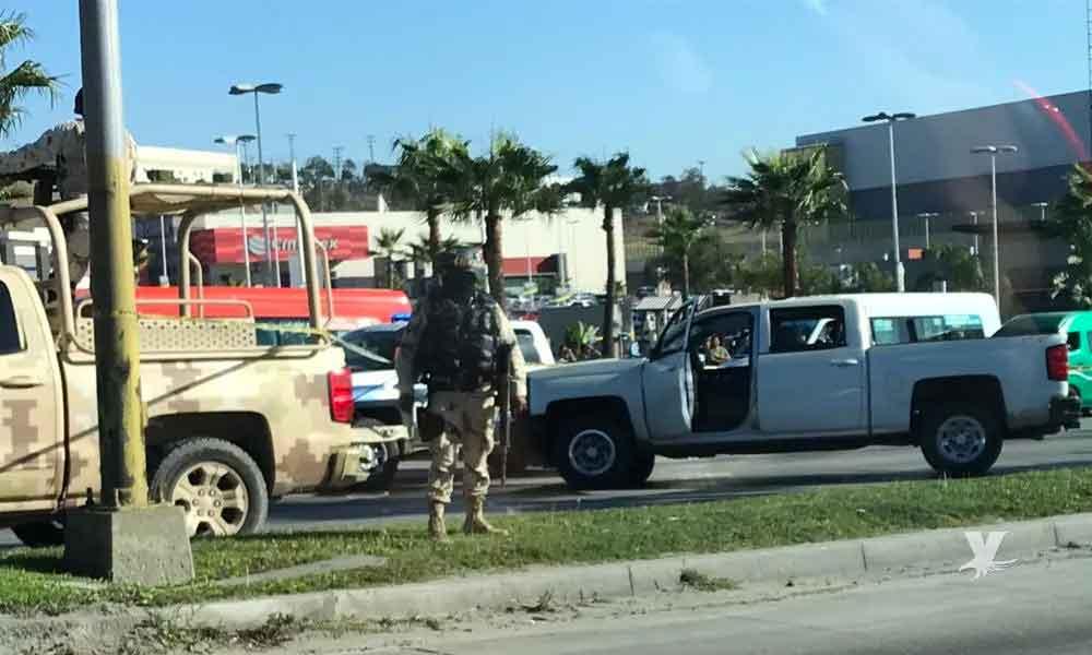 Policías de Tijuana persiguen a convoy que disparó contra oficiales de la PEP