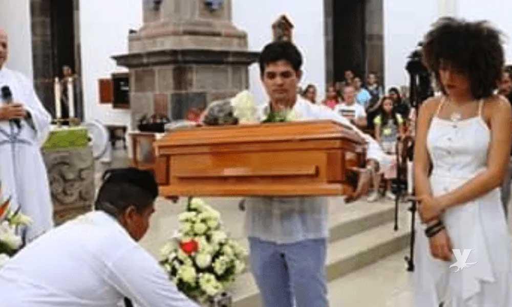 Ferdinando Valencia cargó el ataúd de su hijo para darle el último adiós