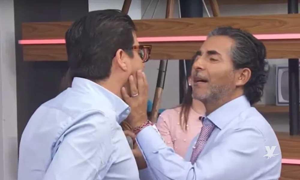 (VIDEO) Raúl Araiza besa en la boca a 'El Burro' Van Rankin