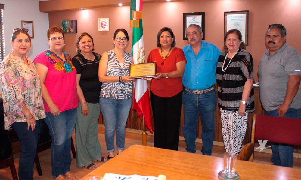 Maestros Jubilados del SNTE, entregan reconocimiento a Nereida Fuentes