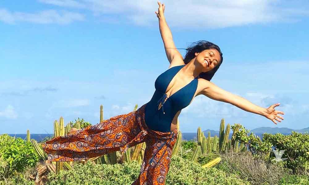 (FOTO) Salma Hayek casi termina desnuda por culpa de una ola en la playa