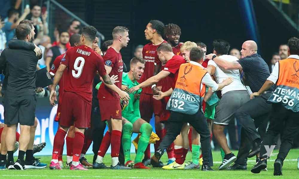 (VIDEO) Portero del Liverpool es lesionado por un aficionado que invadió el campo