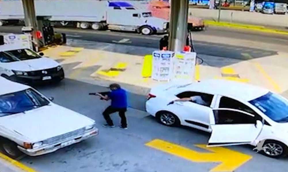 (VIDEO) Sicarios llegan a estación de gasolina y acribillan a una persona