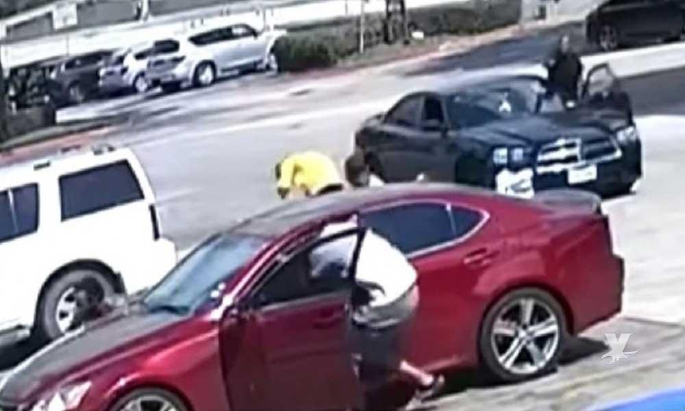 (VIDEO) Hombre dispara contra dos sujetos que gritaron 'piropos' a su novia