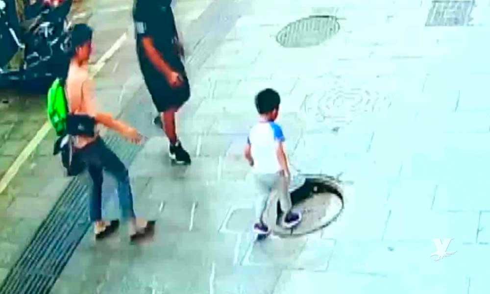 (VIDEO) Niño sufre caída en coladera que se encontraba abierta