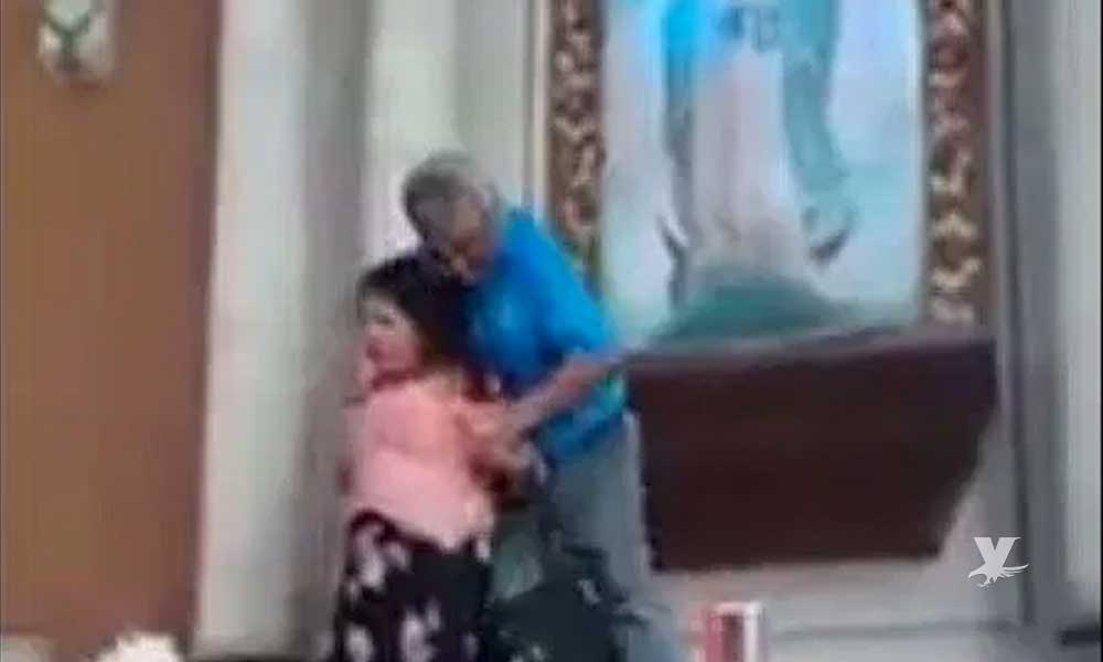 (VIDEO) Mujer sube al altar para atacar con un cuchillo el cuadro de la Virgen de Guadalupe