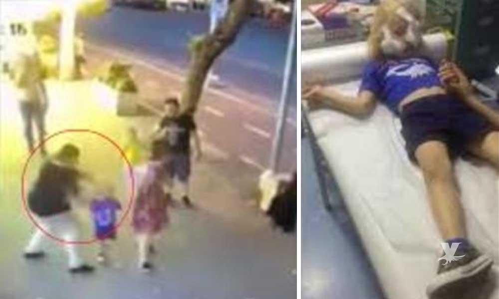 (VIDEO) Mujer ataca con un cuchillo a dos niños que caminaban de la mano con sus padres