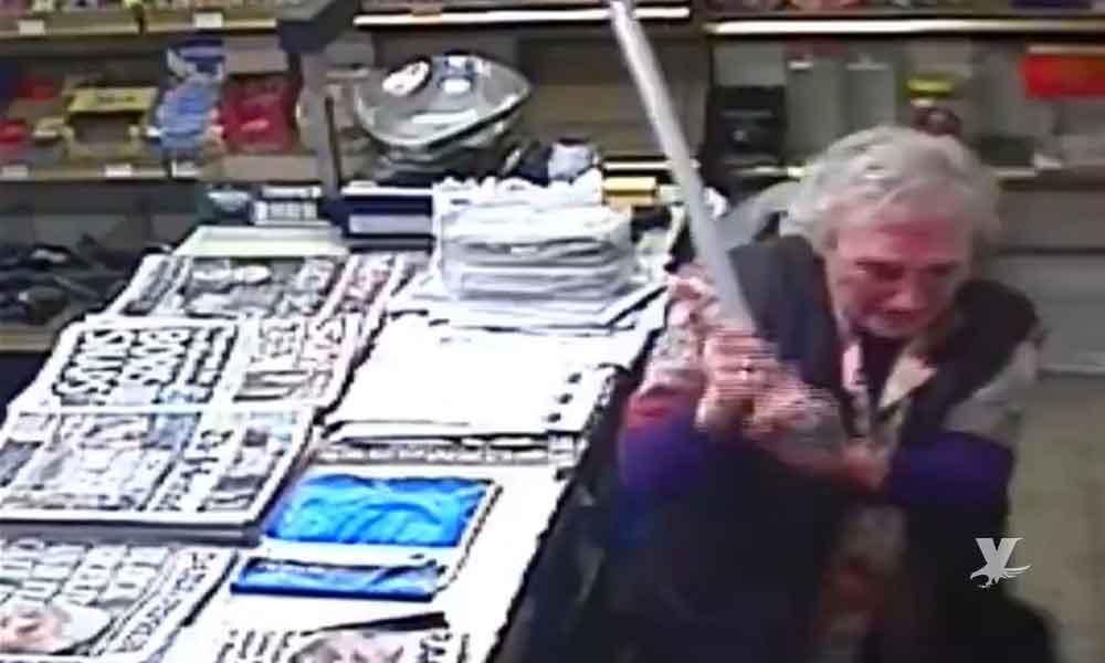 (VIDEO) Ladrón es agarrado a bastonazos por abuelita que defiende su negocio