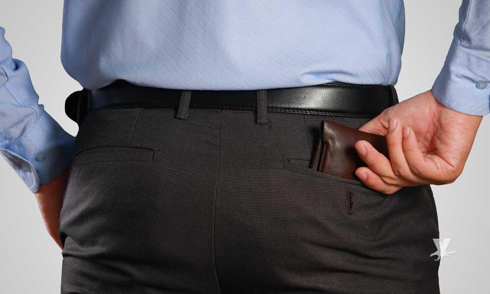 Usar la cartera en la parte trasera del pantalón puede ocasionar problemas en la columna