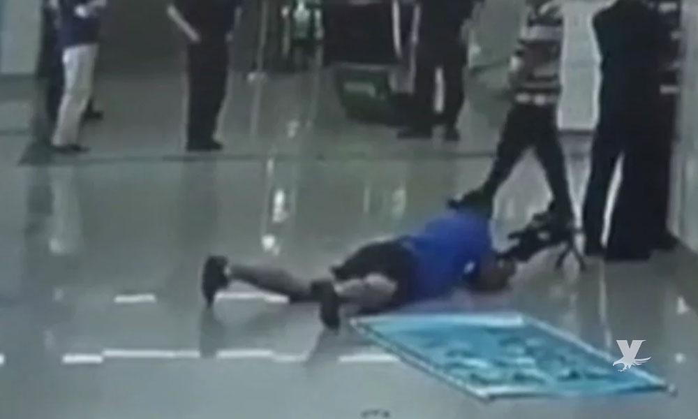 (VIDEO) Francotirador dispara entre las piernas de un policía contra secuestrador