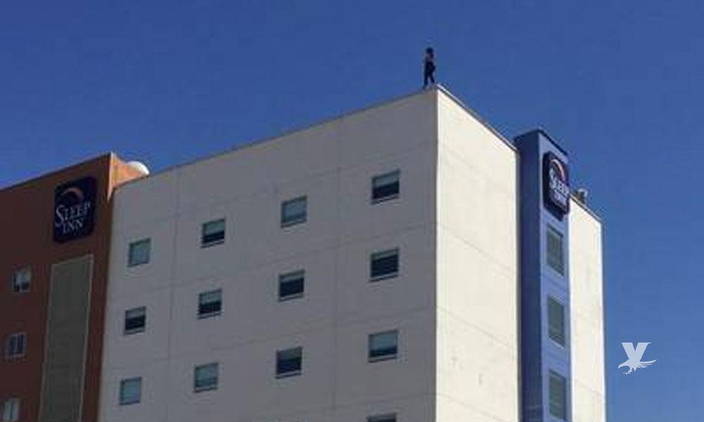 (VIDEO) Mujer se suicida arrojándose de lo alto de un hotel en Tijuana