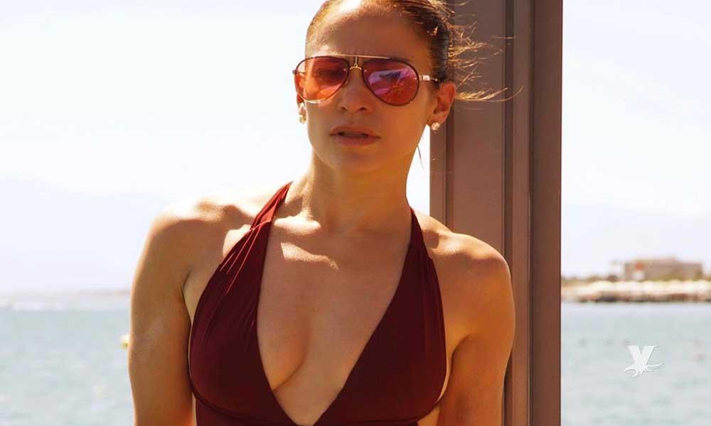 (FOTO) J-Lo sufre problemas con su vestuario y termina semi desnuda