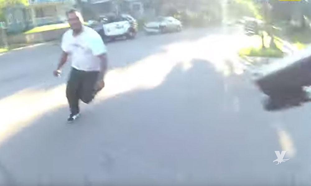 (VIDEO) Policía mata a hombre que intentó atacarlo con un cuchillo después de chocar su patrulla