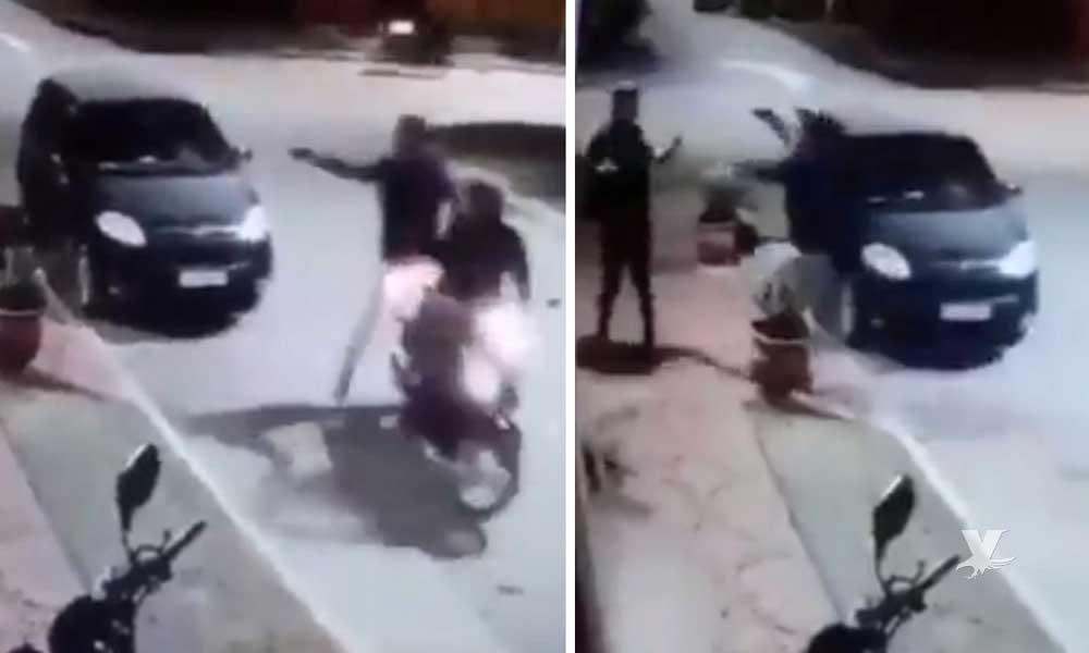 (VIDEO) Hombre se salva de sufrir un robo por ser amigo del asaltante