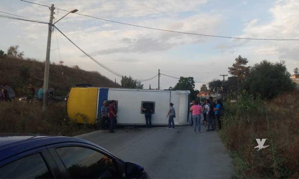 """Vuelca camión de transporte """"Los amarillos"""" en Tecate"""