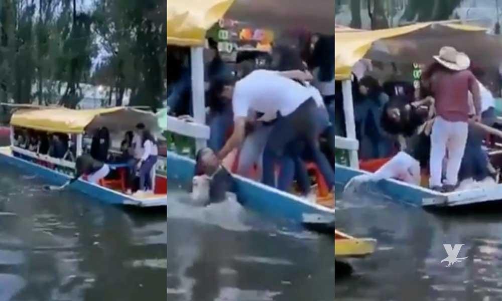(VIDEO) ¡Nuevamente! Mujer estuvo a punto de ahogarse al caer de trajinera en Xochimilco
