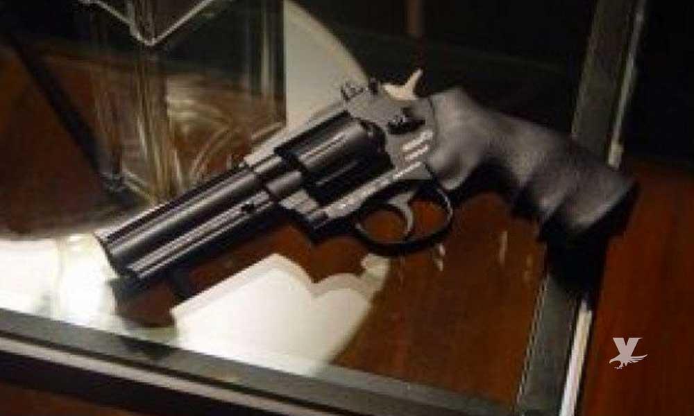 (VIDEO) Ladrón olvida su arma por tomar el dinero y es agarrada por la empleada que era asaltada para defenderse