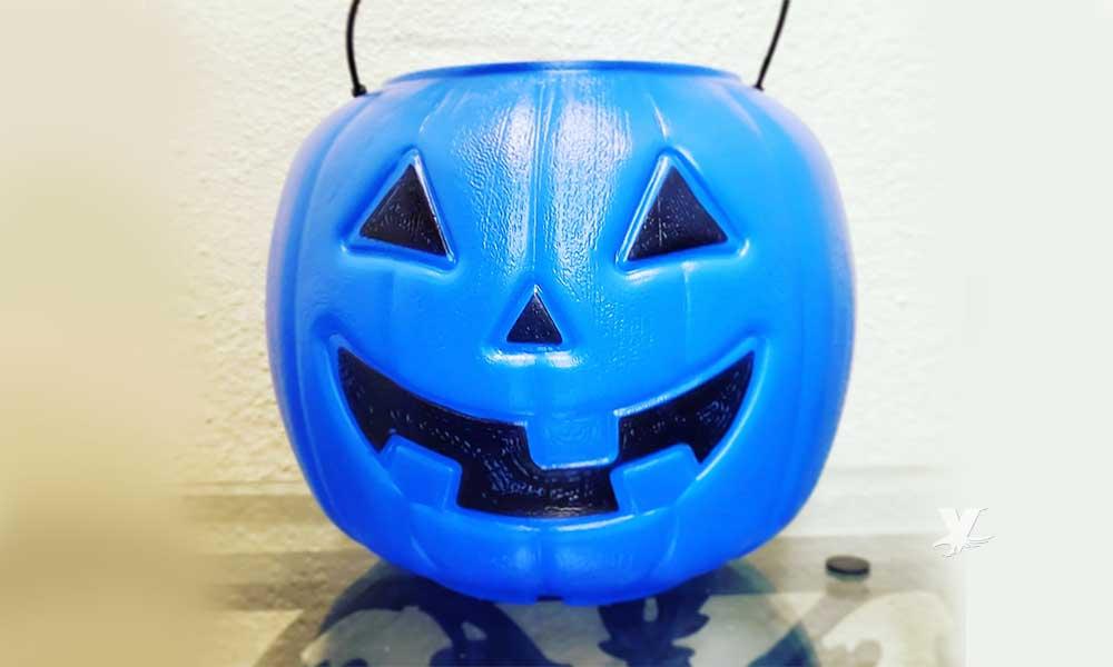 Madre de familia utiliza una calabaza azul para su hijo con Autismo en Halloween
