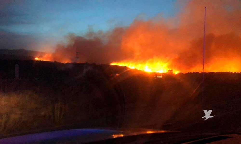 Cierran carreteras por incendios forestales en Ensenada