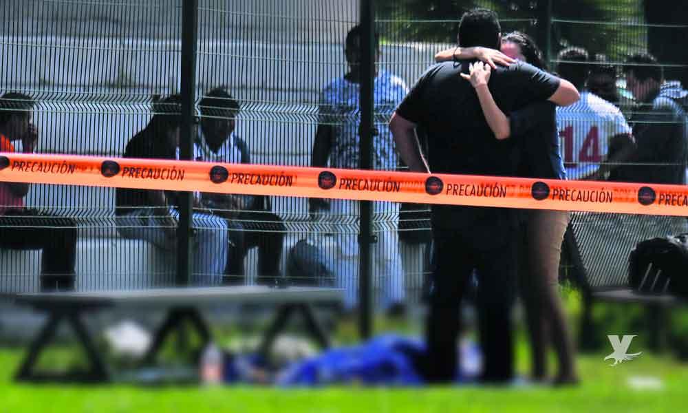 Sicarios ingresan en moto a campo de futbol y matan a uno de los jugadores