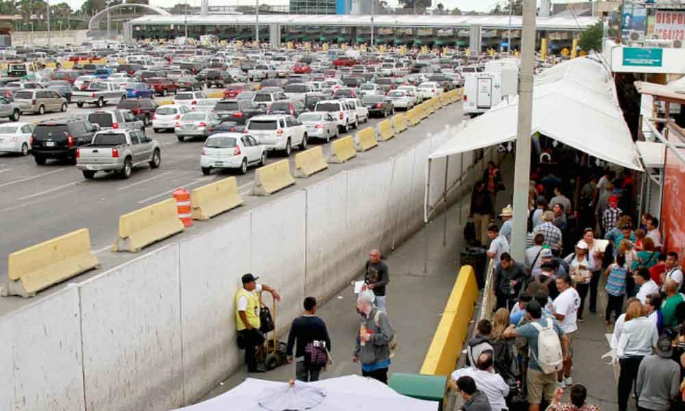 Migrantes pagan 15 mil dólares para cruzar caminando por las garitas de Tijuana