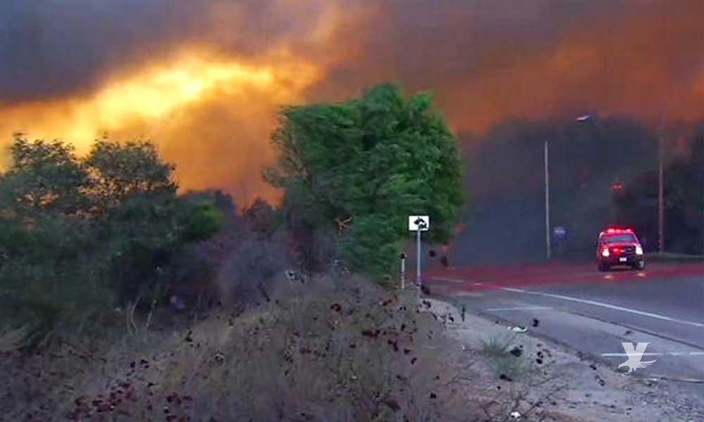 Evacuan a personas en San Diego por incendio fuera de control