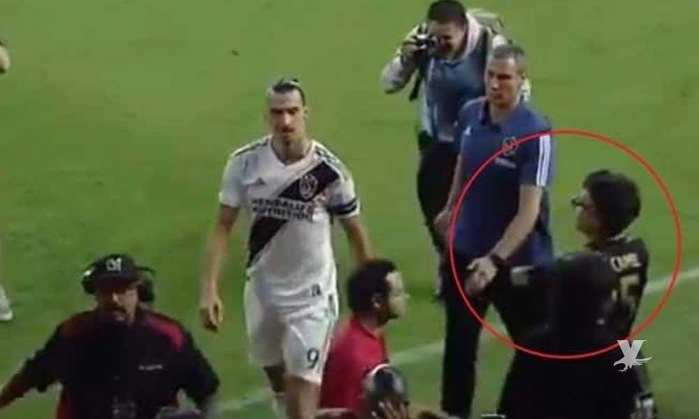 (VIDEO) Actor mexicano provoca a Zlatan Ibrahimovic y este le hace seña obscena al final del partido