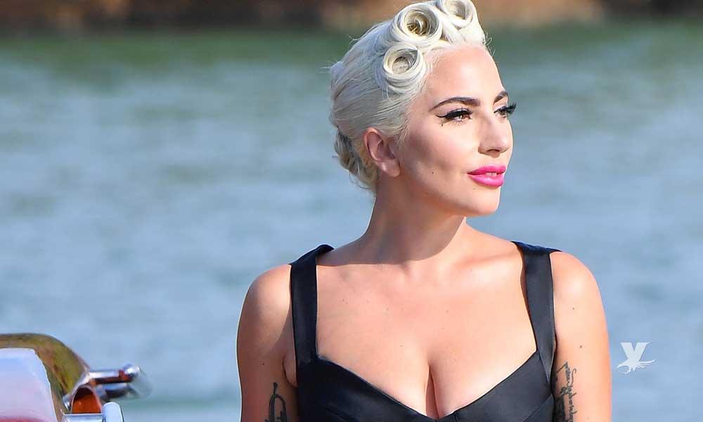 (VIDEO) ¡Como las abuelitas! Lady Gaga es criticada por guardar dinero en su brasier