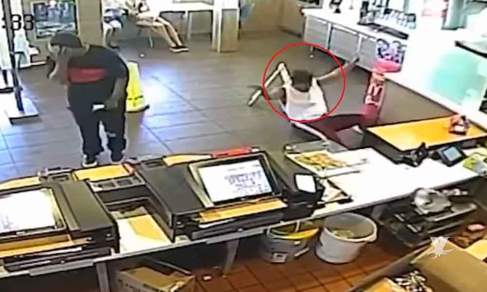 (VIDEO) Gerente de McDonald's arroja licuadora a cliente que reclamaba un error en su entrega