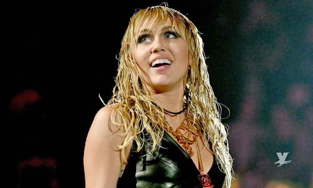 (FOTO) Miley Cyrus en blusa transparente muestra más de lo esperado