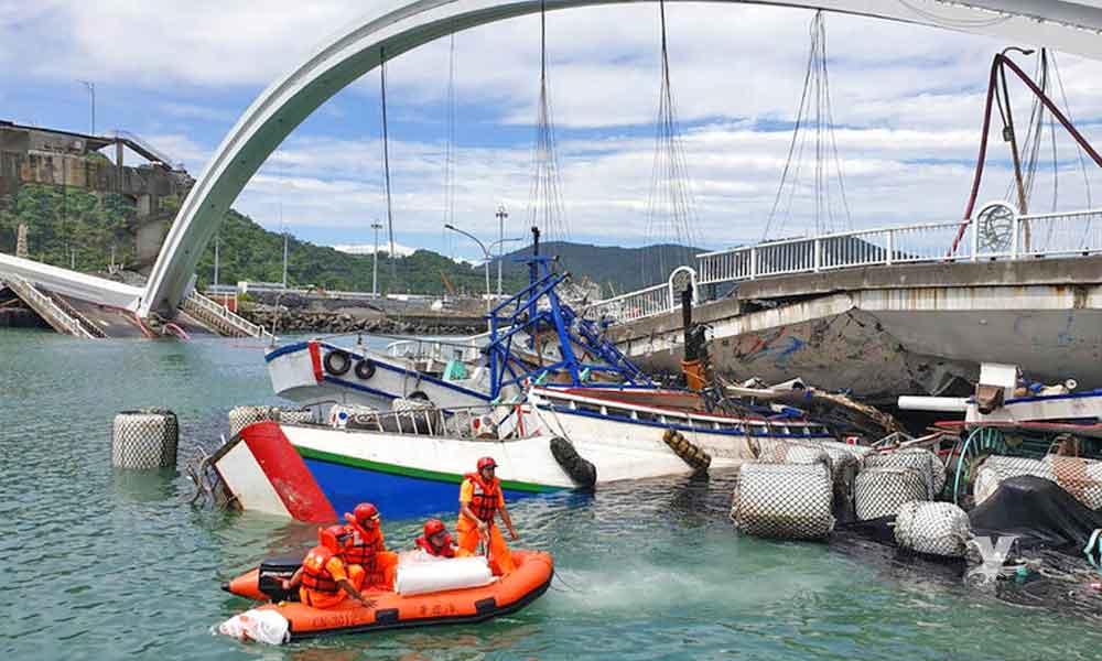 (VIDEO) Puente de 140 metros de largo se derrumba cayendo sobre barcos