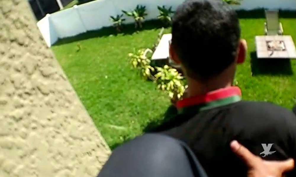 (VIDEO) Policía arroja a presunto ladrón desde el techo de una casa