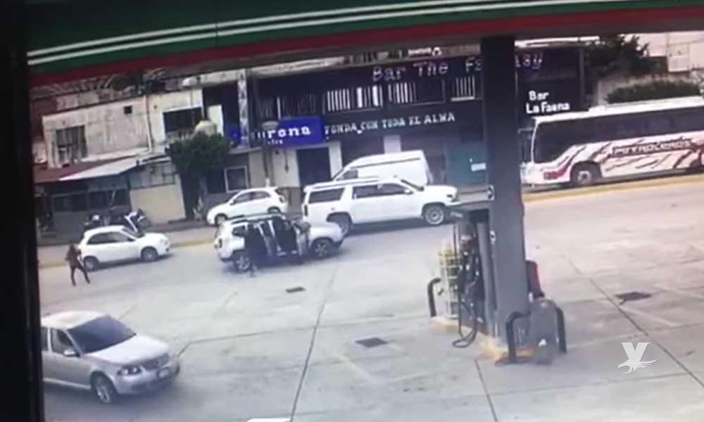 (VIDEO) Sicarios acribillan a automovilista que esperaba en el semáforo