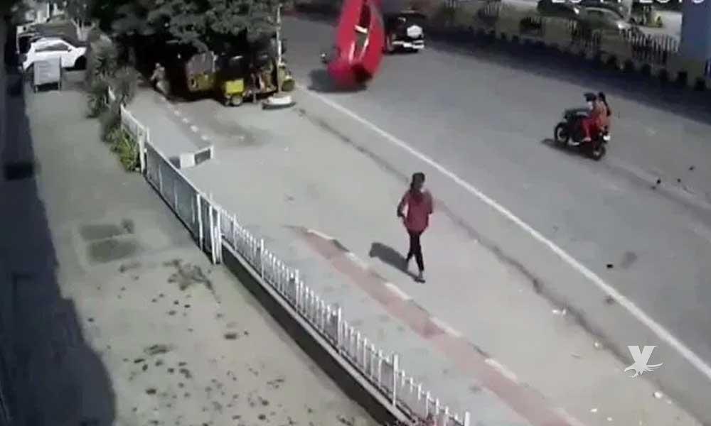 (VIDEO) Auto cae de segundo piso sobre personas que esperaban el transporte público