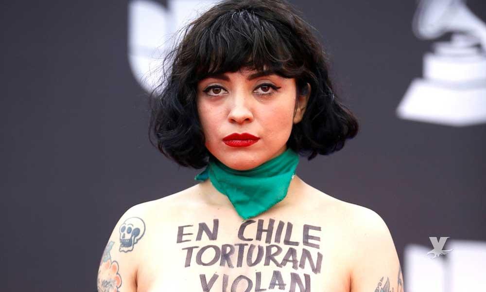 (FOTO) Mon Laferte se quita la ropa para protestar contra la violencia en Chile