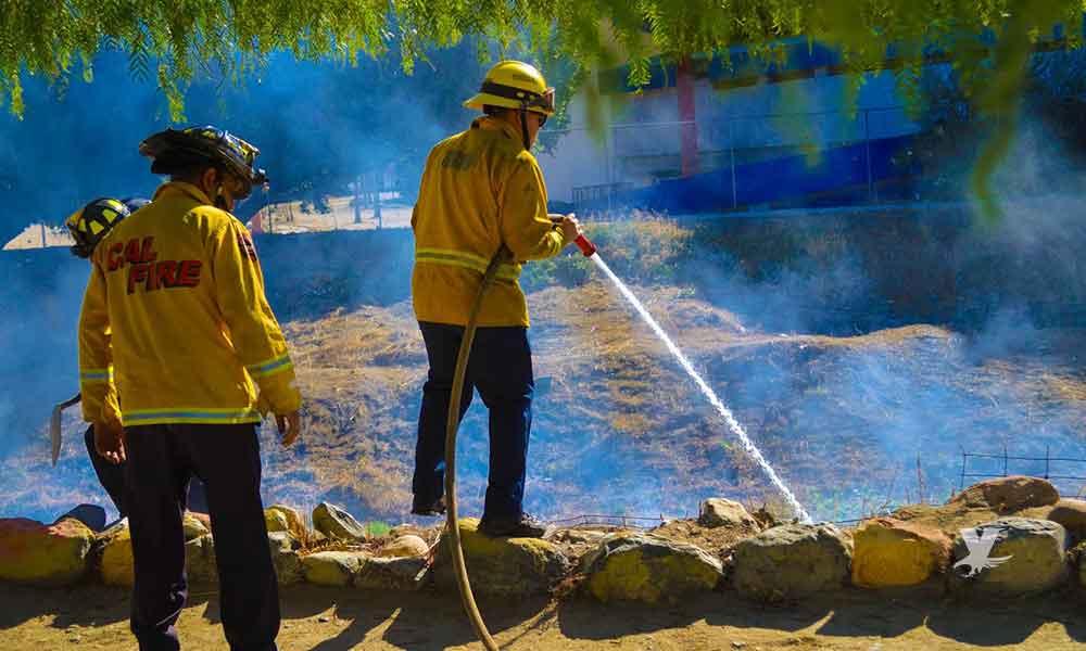Sofocan incendio bomberos de Tecate sobre el río detrás del estadio