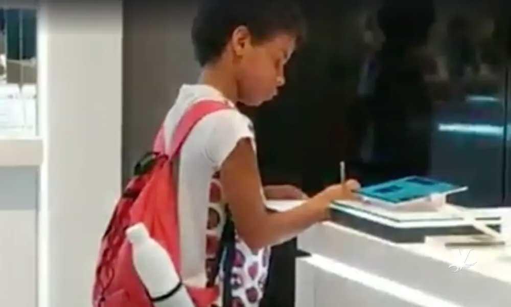 Niño utiliza tablet en exhibición para realizar su tarea escolar y se vuelve viral