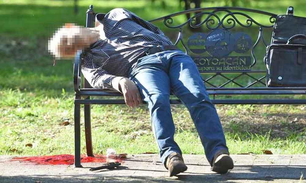 Hombre mata a su pareja y después se suicida sobre la banca de un parque