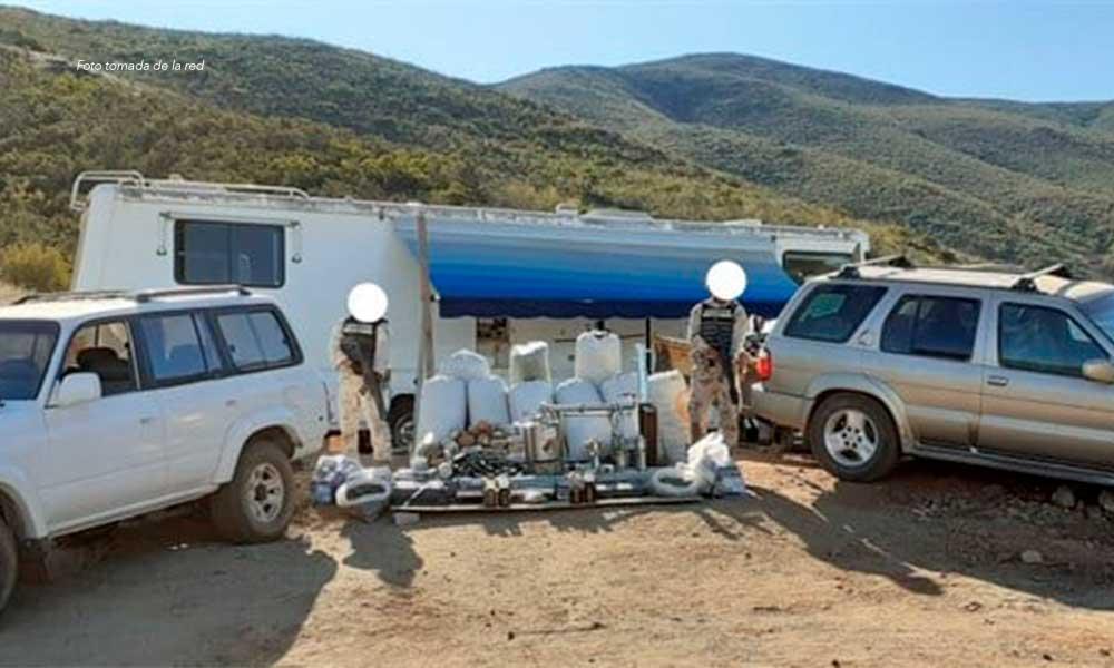 Aseguran laboratorio con armas, marihuana y vehículos en San Quintín