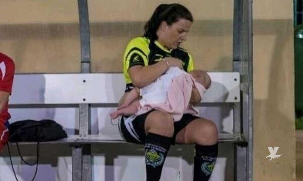 Futbolista amamanta a sus gemelos en la banca durante los entrenamientos y los juegos