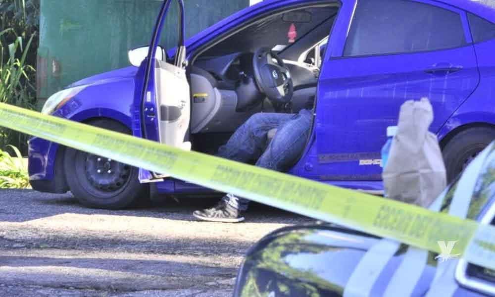Encuentran sin vida a hombre sobre su auto en la Industrial