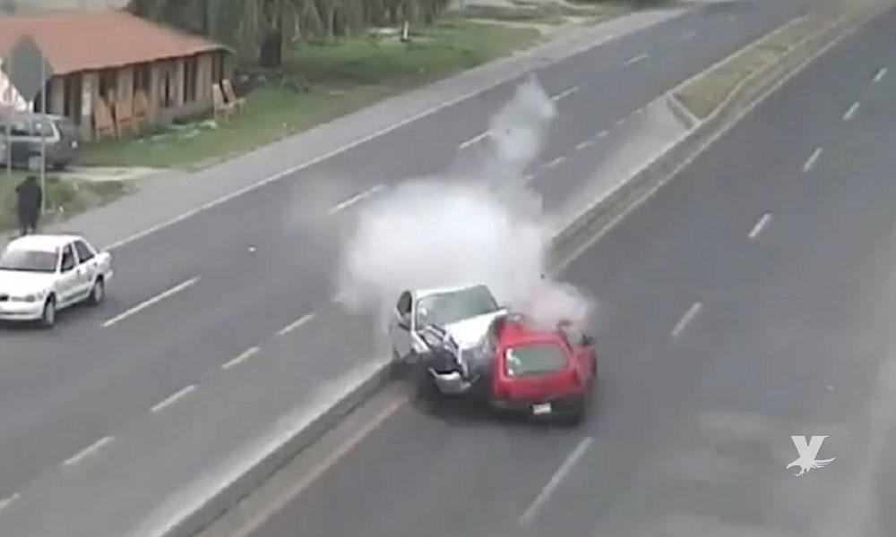 (VIDEO) Pareja en estado de ebriedad causa accidente y huyen del lugar, una persona perdió la vida