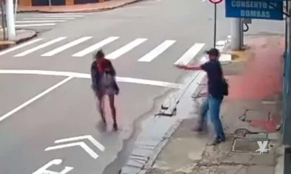 (VIDEO) Hombre dispara y mata a mujer indigente que le pedía $5 pesos