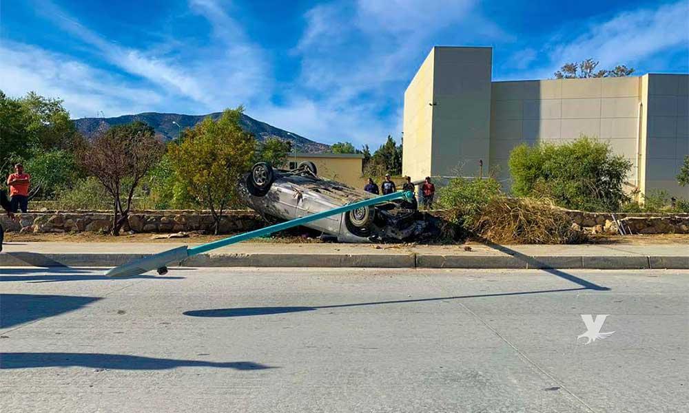 Vuelca auto y choca contra un poste sobre bulevar Encinos en Tecate