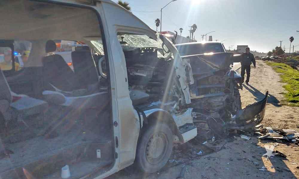Choque en carretera Tijuana-Rosarito deja 2 personas prensadas