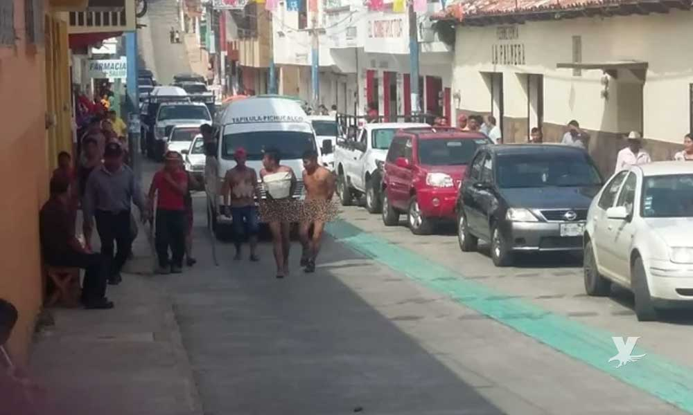 Vecinos desnudan a par de ladrones y los llevan caminando hasta la comandancia