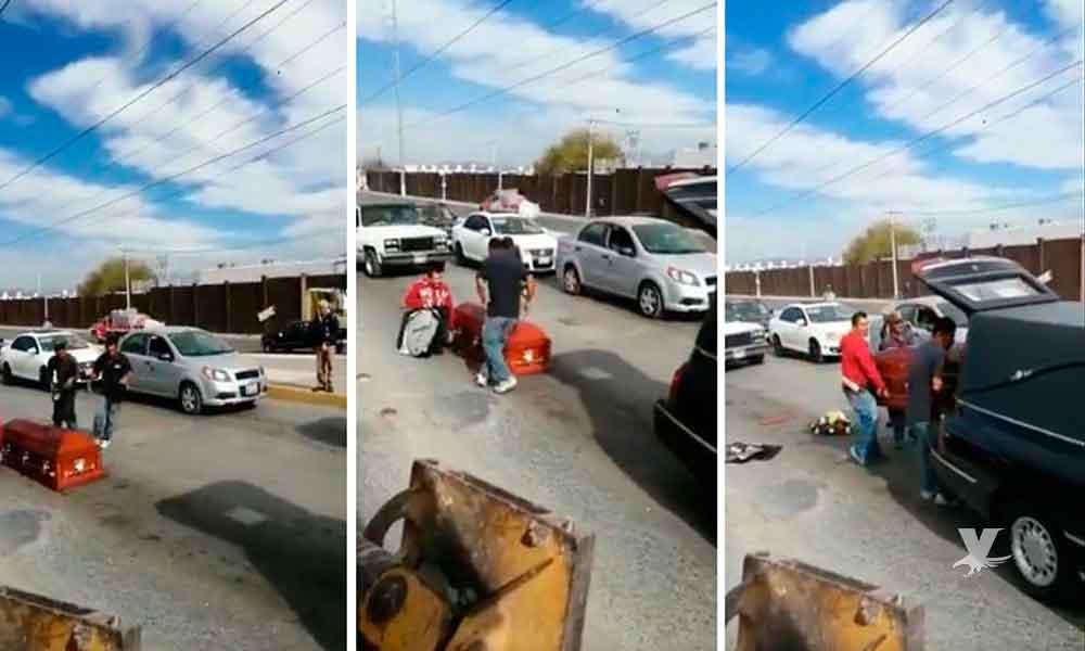 (VIDEO) Ataúd cae de carroza y chofer no se da cuenta, personas ayudaron a levantarlo