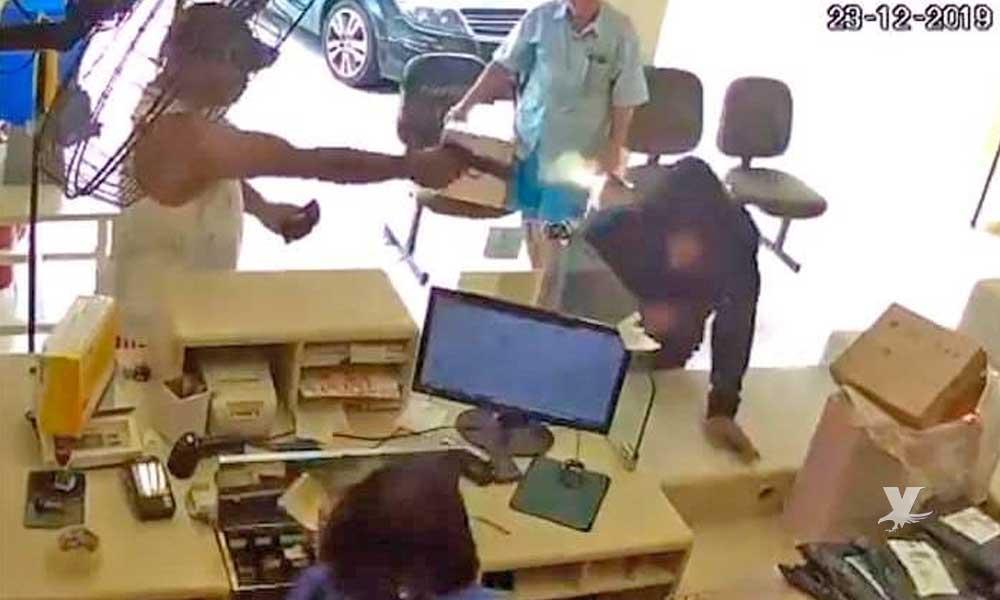 """(VIDEO) """"Justiciero anónimo"""" dispara y mata a hombre que intentaba asaltar un comercio"""